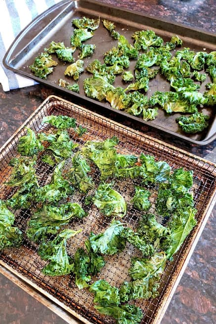 Baked and air fried kale chips on the tray.