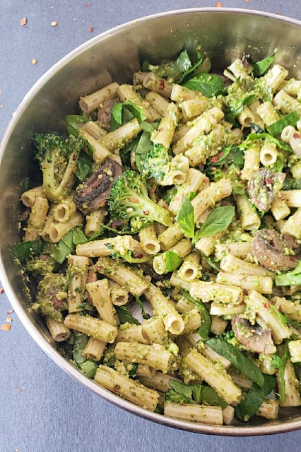 Close up of pasta made in the skillet and seasoned with sauce and vegetables.