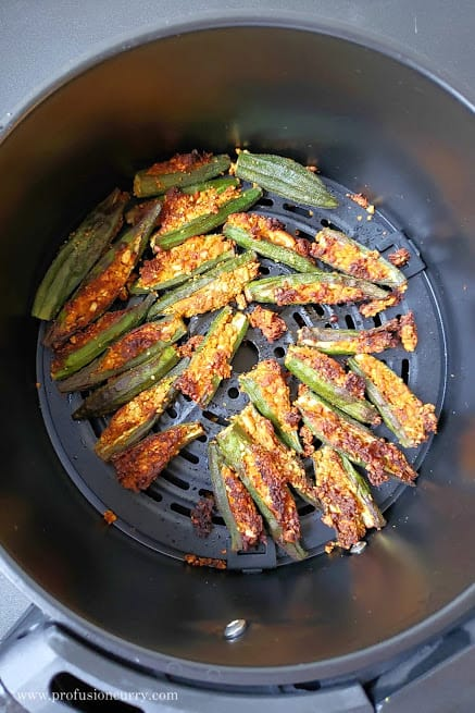 Airfryer basket with crispy okra